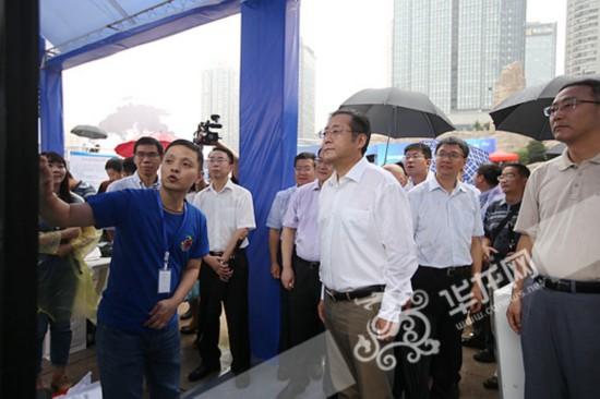 何挺副市长参观华龙艾迪互联网取证系统展台.记者 李裕锟 摄