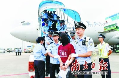 广州 南方航空公司/不久前,省公安厅组织广州市公安机关出动300名警力,乘坐两架...