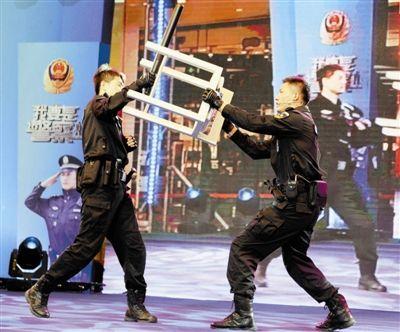 谁知道哪里有做公安教官服的_图为公安特警教官现场演示防身自卫技巧(记者 曹彤摄)