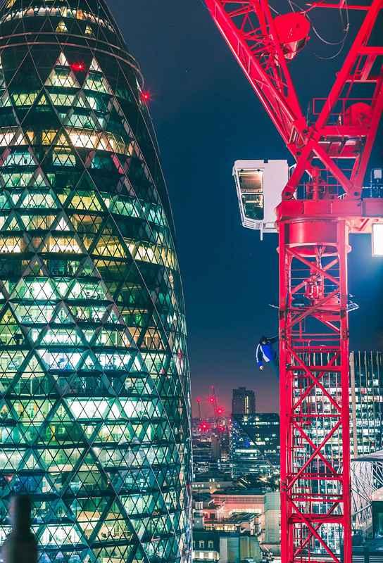 男子高楼边缘另类视角拍伦敦夜景