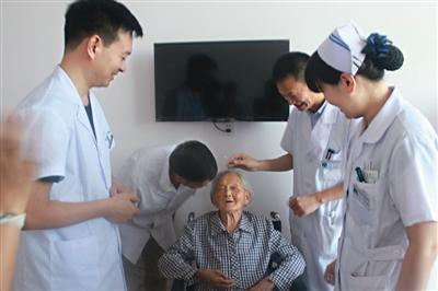 泰州百岁老妪摘除白内障见光明 全家得欢喜