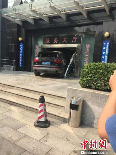 河北一司机涉嫌毒驾冲撞行人逃离中闯进交警大队院内
