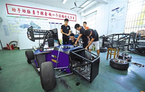 湖南大学生用3D技术打印赛车部件参加比赛