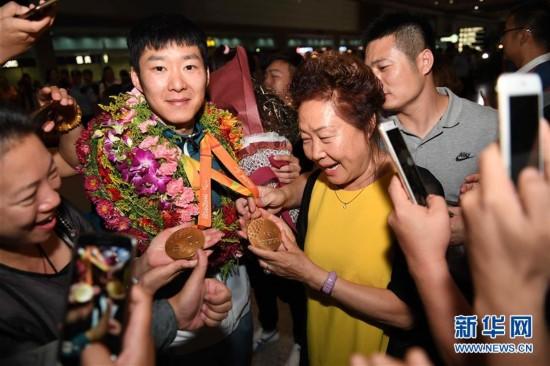 里约残奥会中国代表团抵京(组图)