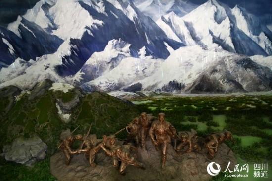 纪念馆序厅再现了红军在阿坝翻雪山过草地的真实场景。(朱虹 摄)