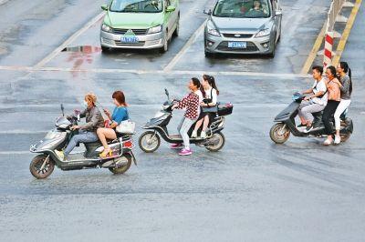 郑州整治电动车乱象 电动车带成年人将被处罚?