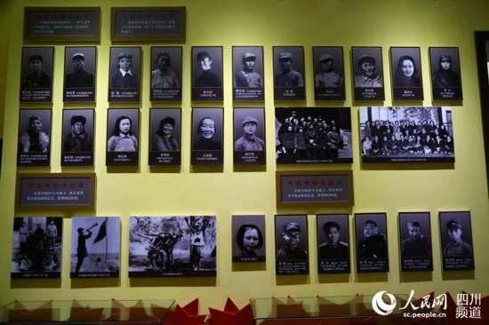 纪念馆内展出长征中特殊的群体照片。(朱虹 摄)