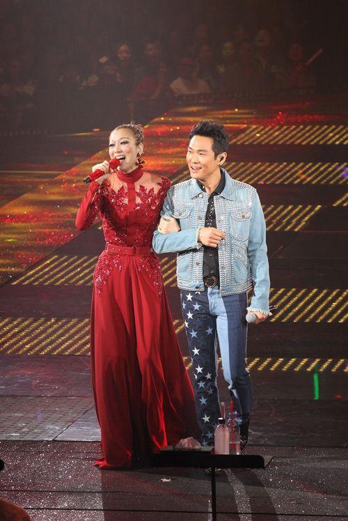 郑秀文演唱会带病坚持开唱 三度泪崩感谢歌迷