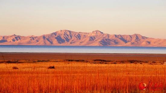 第一縷秋日陽光照射在大鹽湖上。(勞動攝)