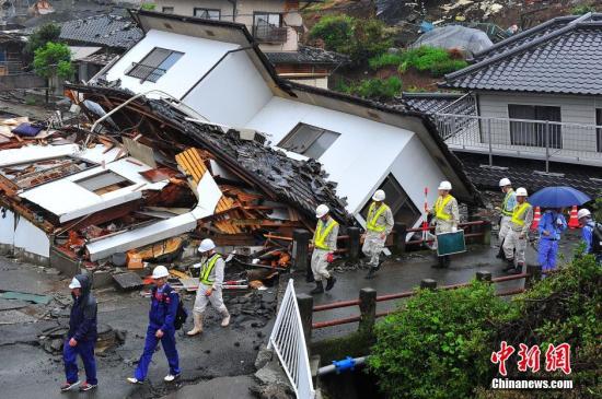日本熊本大地震给地处震中区域的益城町带来惨重破坏。图为4月24日益城町街头所见满目疮痍情形。 <a target='_blank'  data-cke-saved-href='http://www.chinanews.com/' href='http://www.chinanews.com/'><p  align=