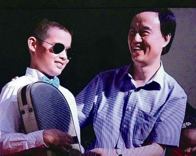 泰州兴化戴南12岁盲童马成二胡演奏屡获大奖