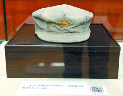 毛泽东在陕北接受斯诺采访时戴的红军八角帽。