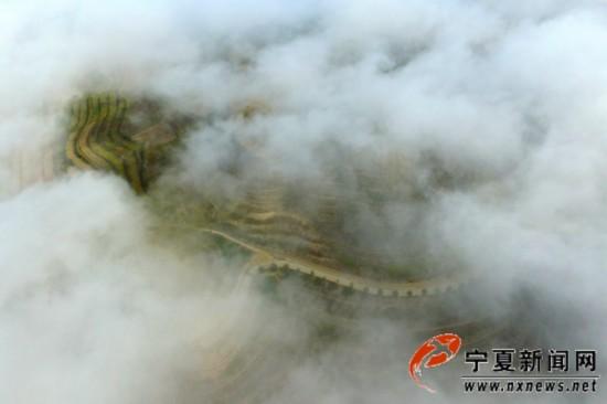雾中的龙王坝村