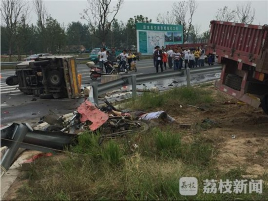 涟水大货车避让轿车致4车相撞 2人当场死亡