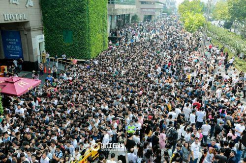 今天上午,杭州武林银泰出现万人抢购阿迪达斯的场面。