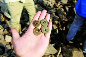 安徽山区挖出近30公斤古钱币 与方腊起义有关