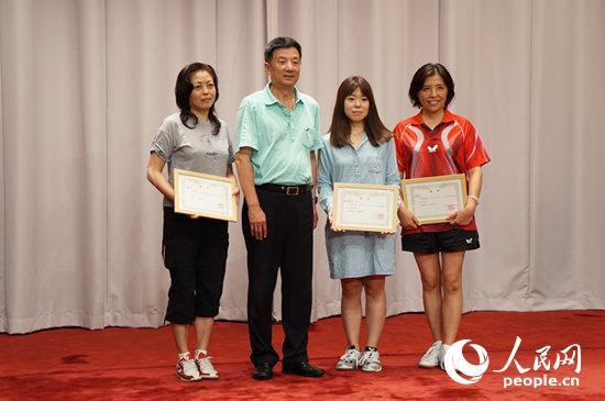 在日中国企业协会会长彭卜钢为女子单打冠亚季军获得者颁奖