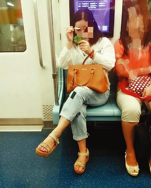 西安一女子地铁内用眉刀修眉 切勿为了美忽视安全