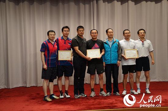 中国工商银行东京分行行长何晓建为男子双打冠亚季军获得者颁奖