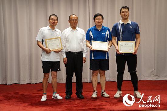 刘亚军公使为男子单打项目冠亚季军获得者颁奖