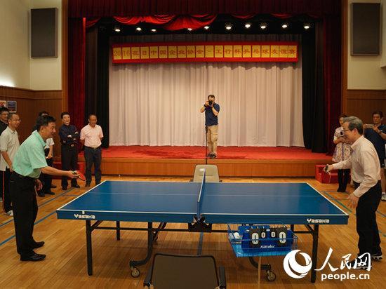 程永华大使与在日中国企业协会会长彭卜钢共同开球