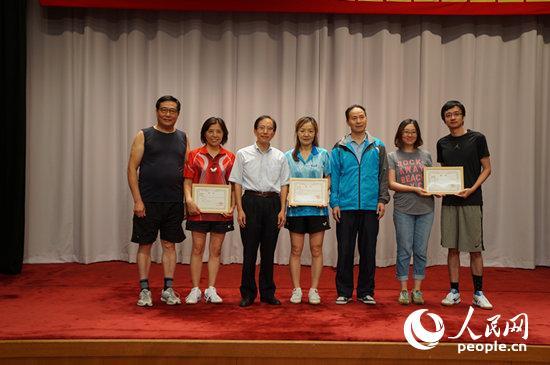 在日中国企业协会副会长颜国东为男女混双冠亚季军获得者颁奖