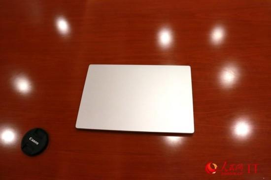 小米笔记本Air采用了全金属机身,正面没有任何LOGO,很简洁,全机重量不到1.3公斤。