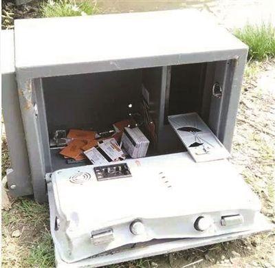 泰州男子河里捞到保险箱 装着100多张充值卡
