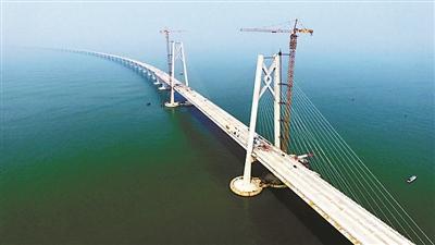 全球最长跨海大桥港珠澳大桥主桥梁贯通