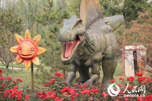 世界月季主題園中的恐龍1