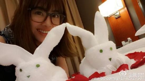 蔡依林遇超萌兔子巾 戴眼镜减龄似少女