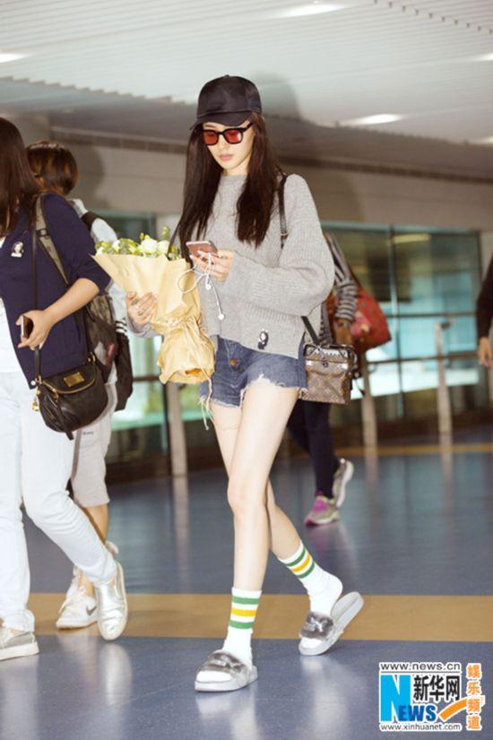 张天爱现身重庆机场 随意混搭时尚好品味
