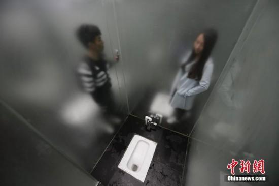 """长沙石燕湖建成全透明玻璃厕所 游人羞涩""""观厕""""(图)"""