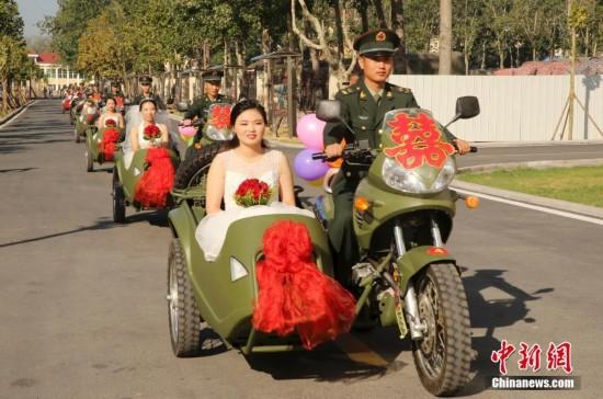 陆军第26集团军某机步旅举办首届集体婚礼