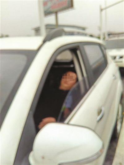 泰州司机一宿未眠 车停高速应急车道呼呼大睡