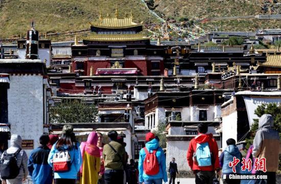 国庆假期前4日游客4.15亿人次 收入3397亿元