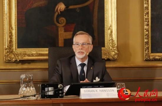 瑞典皇家科学院常务秘书戈兰・汉森揭晓2016年诺贝尔物理学奖得主。