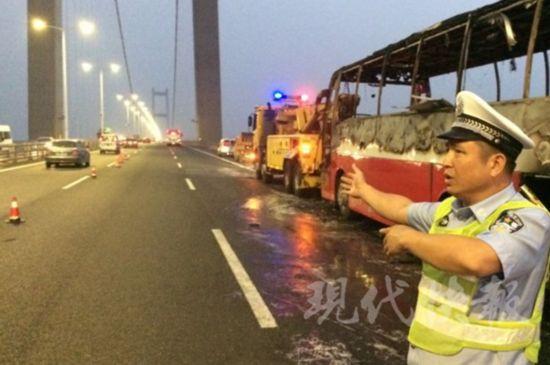 润扬大桥客车失火 或因后置发动机故障引发