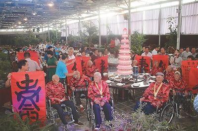 """江苏扬中市10位百岁老人共同举办""""千寿宴"""""""