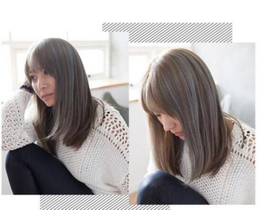 Style 4   简单的直发长发发型,搭配空气感刘海,修颜显嫩,浅亚麻色发色混搭亚麻灰色染发,显得个性十足。