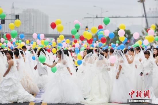 """908位""""新娘""""齐聚苏州 打破吉尼斯世界纪录"""