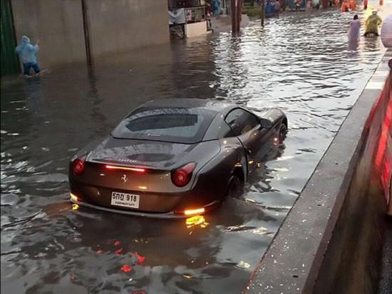 """泰国暴雨致曼谷全城""""水漫金山""""  百万级豪车""""泡汤""""(图)"""