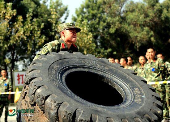 武警官兵也是蛮拼的!运动会翻300斤轮胎(图)