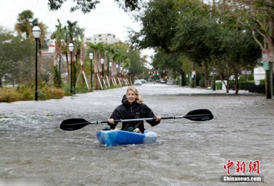 """飓风""""马修""""登陆美国 房屋被淹民众划船出行(组图)"""