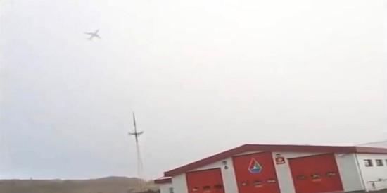 游客拍下冰岛一客机飞行途中遭雷电击中