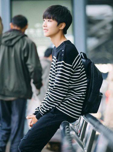 王俊凯黑白条纹装配礼帽 帅气赴纽约出席《长城》发布