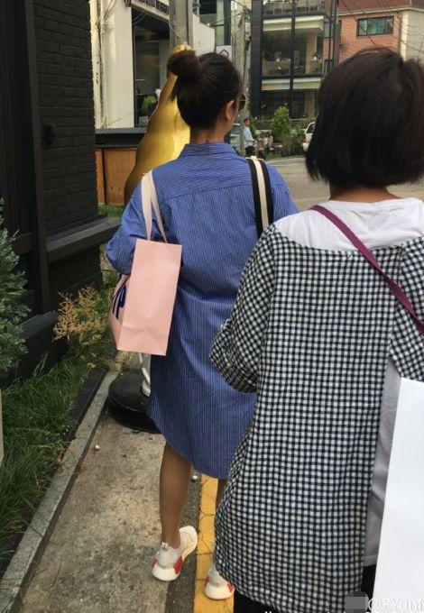 准妈妈林心如怀孕也不闲着 穿着平底鞋低调到韩国逛街