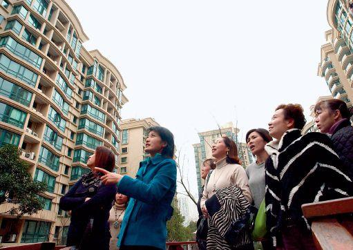 p26 2006 年3 月6 日,10 余位温州人在参观杭州某小区。 CFP
