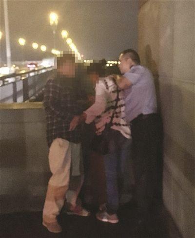 女子欲跳桥 南京巡逻交警一把抱住她双脚