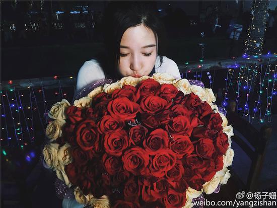 《好久不见》杀青 杨子珊捧大束玫瑰